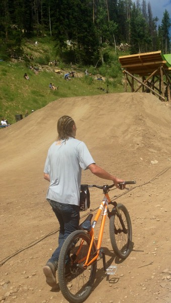 I was dressed prefectly for the Slopestyle.  This was the kit of choice, jeans and a t-shirt.